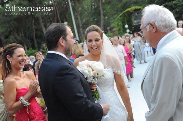 χαμόγελα μετά το φιλί του γαμπρού με την νύφη