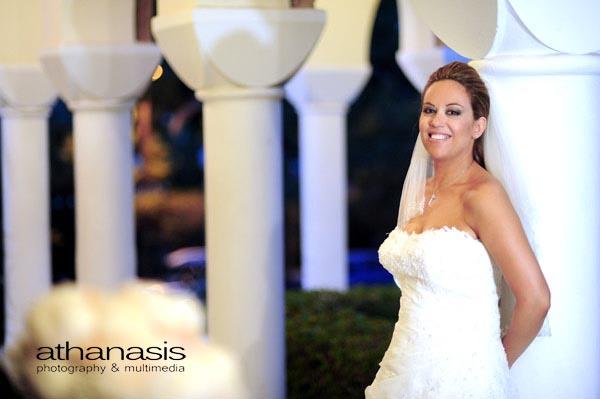 Η νύφη από μπροστά φωτογραφημένη μόνη της στα πλαγιά του Αγίου Δημήτρη στο Ψυχικό