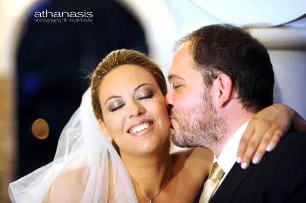 Η χαρά στο πρόσωπο της νύφης ενώ δέχεται το φιλί του γαμπρού