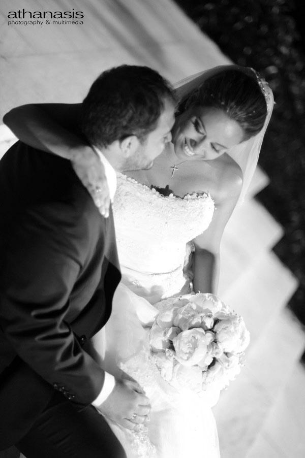 Το ζευγάρι μια αγκαλιά στα σκαλιά του Αγίου Δημητριού στο Ψυχικό