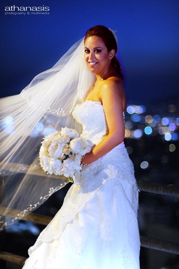 Το πέπλο της νύφης ανεμίζει στο νυχτερινό Αττικό ουρανό