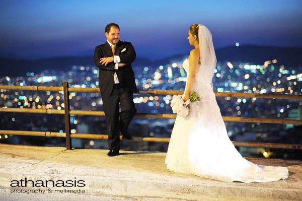 Ο γαμπρός και η νύφη με φόντο τον Αττικό ουρανό