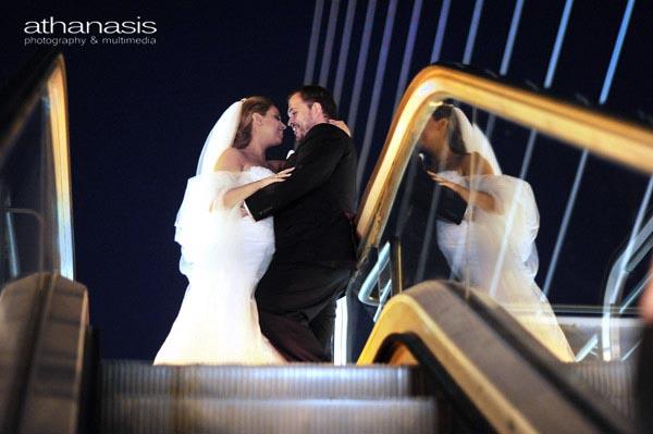 Αγκάλιασμα του ζευγαριού στις κυλιόμενες σκάλες την νύχτα
