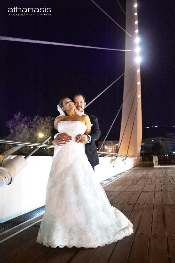 Νυχτερινή φωτογραφία γάμου, το ζευγάρι πάνω στη γέφυρα