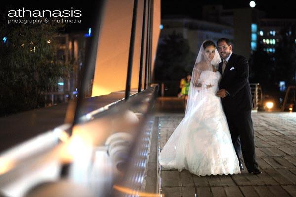 Νυχτερινή φωτογραφία γάμου, Το ζευγαρι ολόσωμο στο μπαλκόνι της γέφυρας
