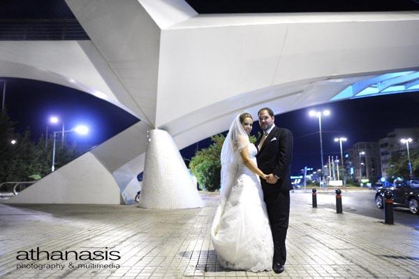 Νυχτερινή φωτογραφία γάμου. το ζευγάρι κάτω από την γέφυρα του Καλατράβα