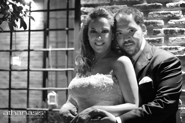 μια αγκαλία στην δεξίωση. Νυχτερινή φωτογραφία γάμου, μαυρόασπρη φωτογραφία γάμου