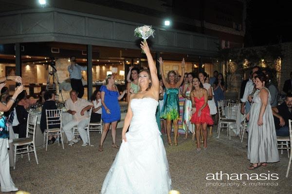 Η νύφη πετά την ανθοδέσμη της