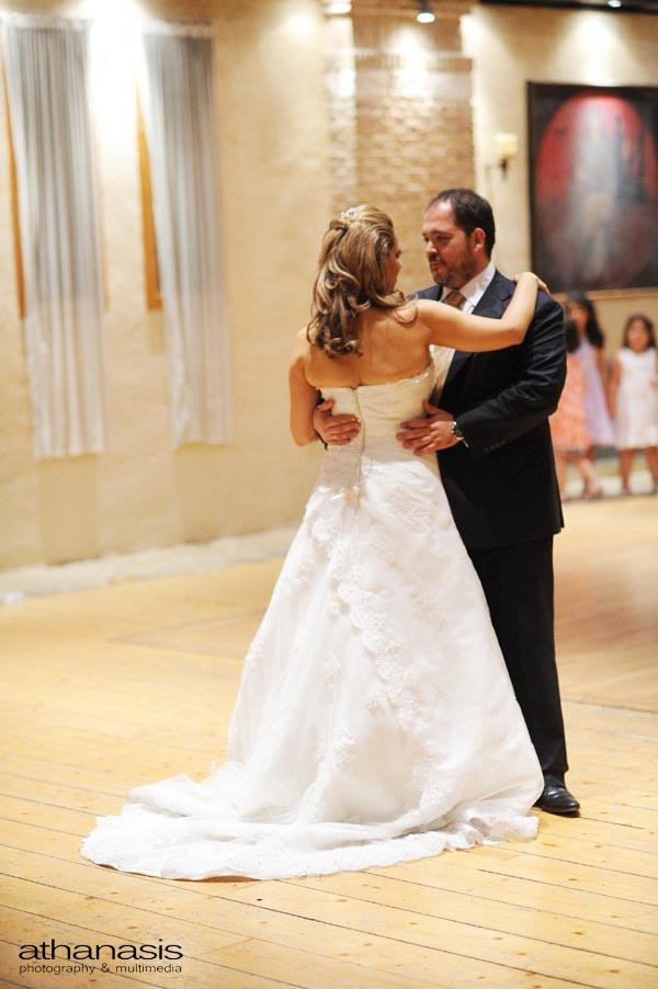 Νυχτερινή φωτογραφία γάμου.Το ζευγάρι χορεύει.