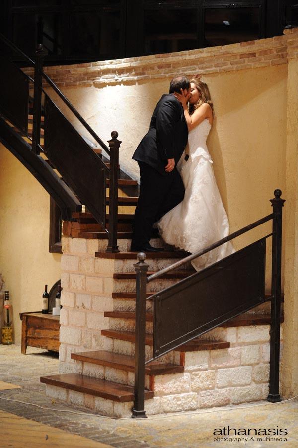 Νυχτερινή φωτογραφία γάμου. Φιλί στις σκάλες.