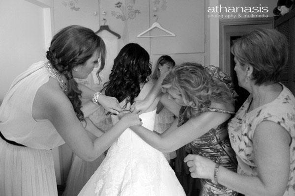 οι αδερφές της νύφης βοηθούν στο ντύσιμο