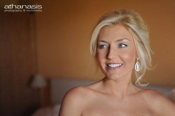Έγχρωμο πορταιτο της χαμογελαστης νυφης ,η νύφη στην προετοιμασία του γάμου της .