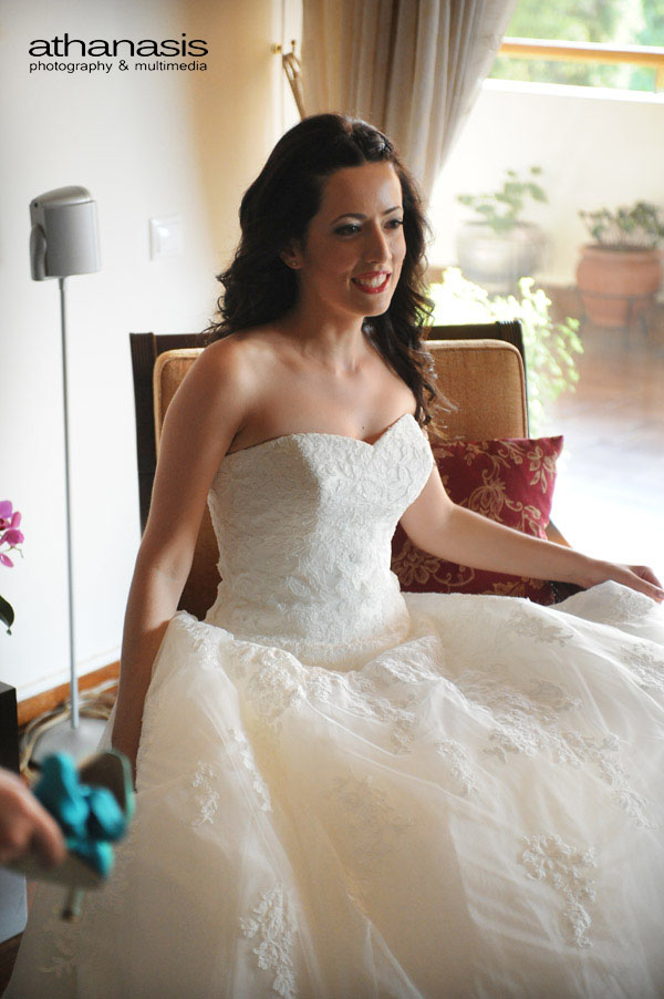 η νύφη σε φυσική στιγμή χαράς στο σαλόνι του σπιτιού της
