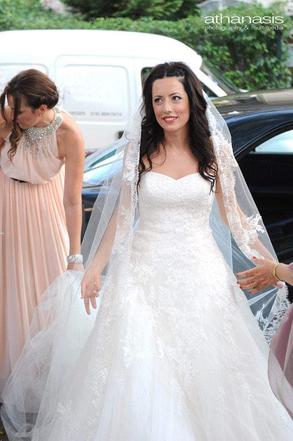 η νύφη αντικρίζει τον γαμπρό καθώς βγαίνει από το αυτοκίνητο