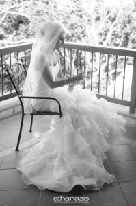 Η νύφη καθισμένη στο μπαλκόνι γραφεί στα παπούτσια , ασπρόμαυρη φωτογραφια γάμου .
