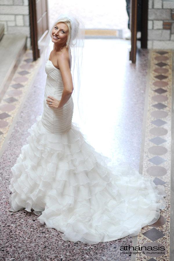 Ολόσωμο της νύφης από ψηλά με φόντο το ψηφιδωτό πάτωμα .