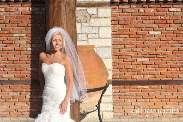 Ηλιόλουστο πορτραίτο της νύφης . Μινιμαλιστική φωτογραφία γάμου .