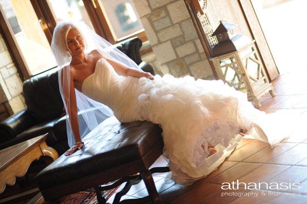 Η νύφη ακουμπισμένη στον καναπέ , ολόσωμη φώτο το νυφικό φωτισμένο καλλιτεχνικά ..