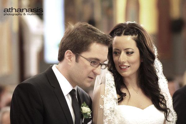 η νύφη ψιθυρίζει στο αυτί του γαμπρού, κοντινό