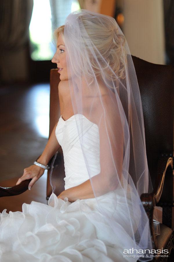 Το ωραίο προφίλ της νύφης λίγο πριν το γάμο .