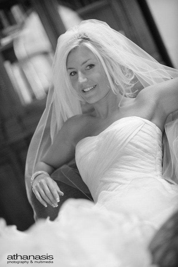 Το φωτεινό χαμόγελο της νύφης , B&W φώτο γάμου .