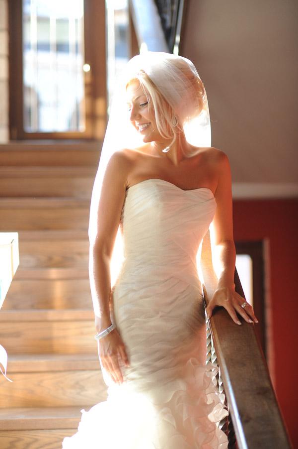 Η νύφη ακουμπισμένη στην κουπαστή προετοιμάζεται για το γάμο της .