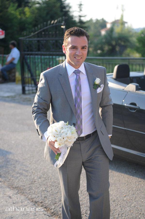 Χαμογελαστός και βιαστικός ο γαμπρός έρχεται στην εκκλησία .
