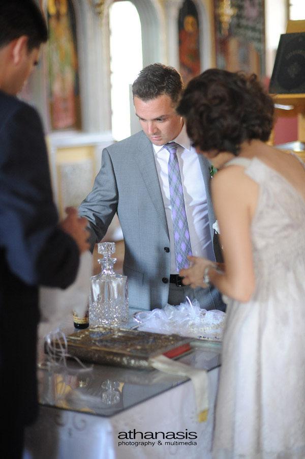 Ο γαμπρός μαζί με την κουμπαρά ετοιμάζουν τα στέφανα του γάμου .