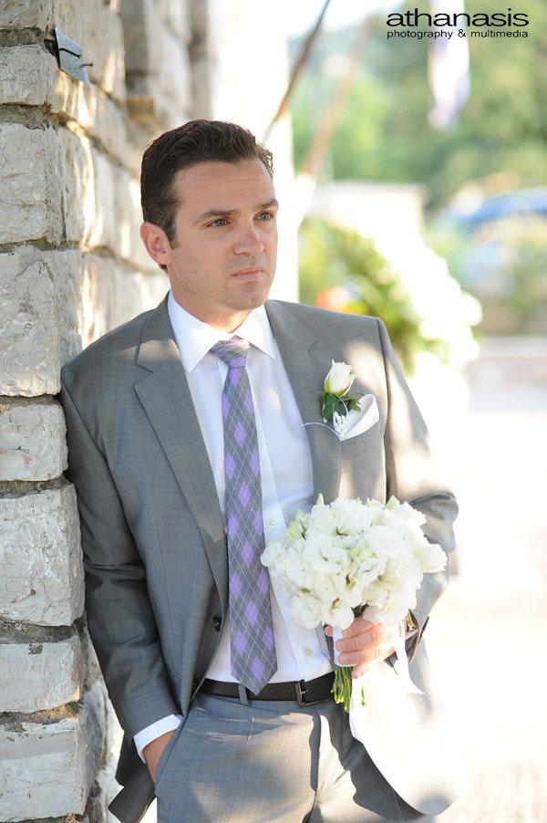 Ο γαμπρός με την ανθοδέσμη στα χεριά περιμένει την νύφη .