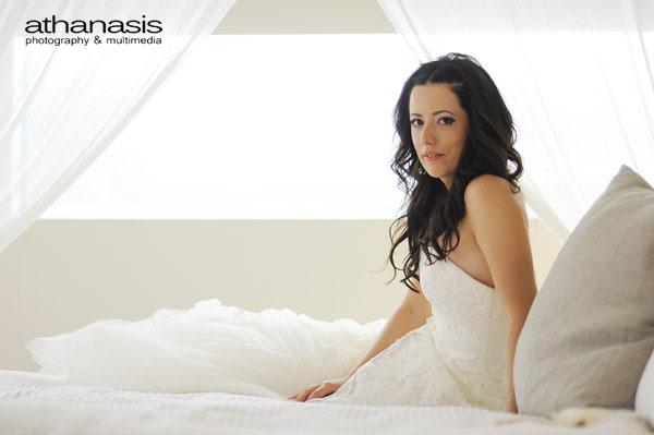 Συμφωνία σε λευκό , η νύφη ξαπλωμένη στο κρεβάτι.