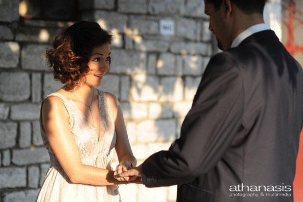 Η κουμπαρά προπονείται στην αλλαγή των δακτυλιδιών του γάμου .