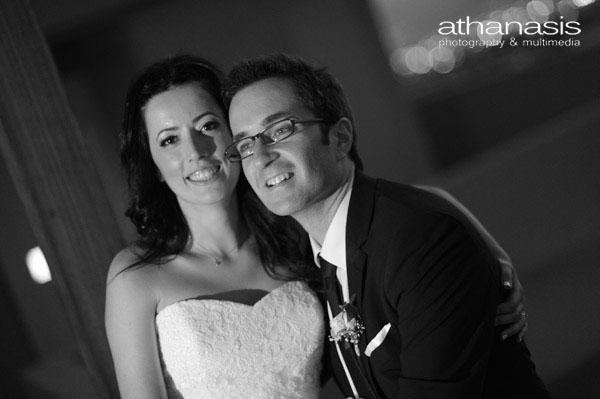 Κοντινό πλάνο στους νεόνυμφους, μαυρόασπρη φωτογραφία γάμου.