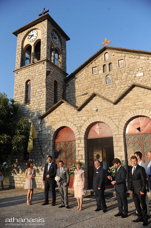 Γενικό πλάνο της εκκλησίας , σε αναμονή η οικογένεια του γαμπρού λίγο πριν το γάμο .