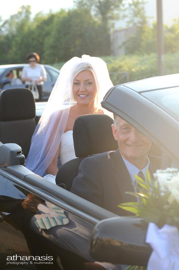 Η νύφη καταφθάνει με το ανοιχτό αυτοκίνητο στην εκκλησία .