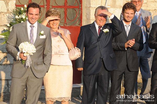 Θερμό καλωσόρισμα της νύφης στα ματιά του γαμπρού και της οικογενείας του .