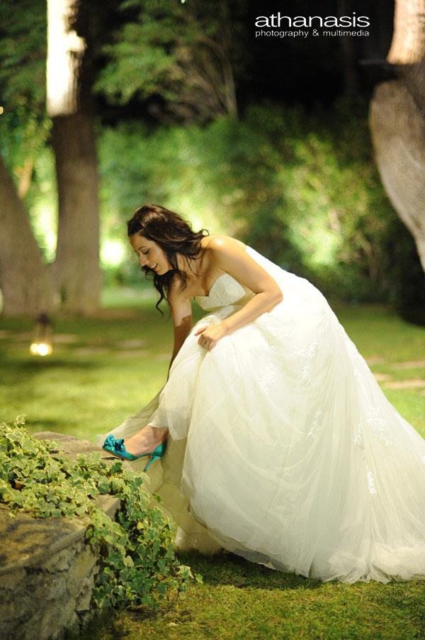η νύφη βγάζει τα ρύζια από το παπούτσι της , νυχτερινή φωτογραφία γάμου στον κήπο του residence