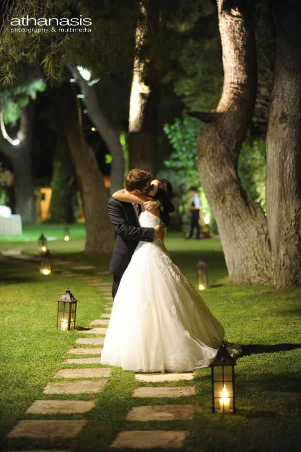 Νυχτερινη φωτογραφία γάμου , γενικό πλάνο των νεονύμφων κάτω από τα πεύκα .
