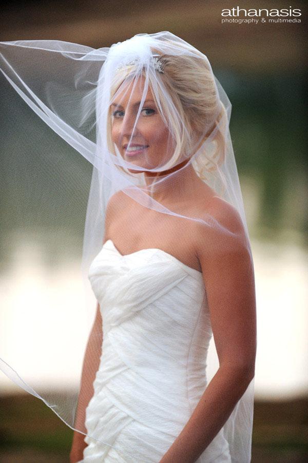 Το πέπλο στο πρόσωπο της νύφης ανεμίζει .