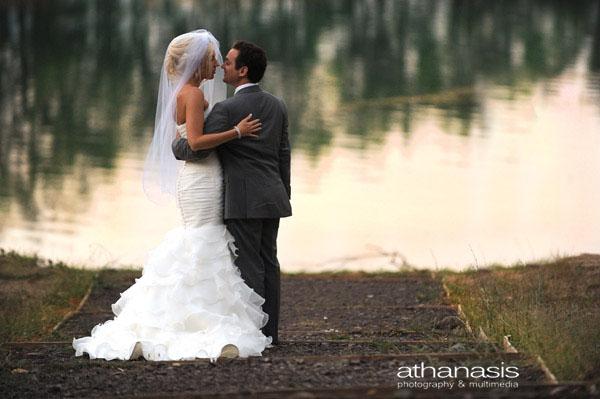 Το ζευγάρι μετά το γάμο τους αγκαλιασμένο με φόντο την λίμνη .