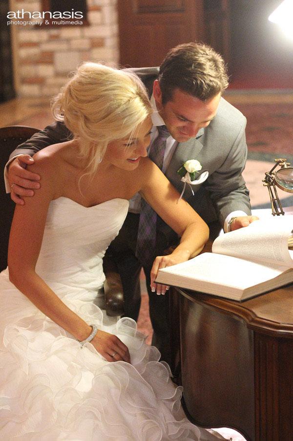 Η νύφη και ο γαμπρός διαβάζουν το βιβλίο των ευχών .